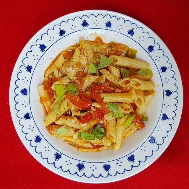 ...à dire que cette sauce divine a été faite en 15 minutes après avoir cueilli les 'plus.moches.et.pockées.' 🍅🍅🍅 de chez nous et qu'elles sont parfaites tout de même! #tomato #tomatesdujardin #potagerevakuisine2019 #pasta #platsimple #fromgardentotable #pastalover #pates #saucetomate #ail #garlic #soeasy