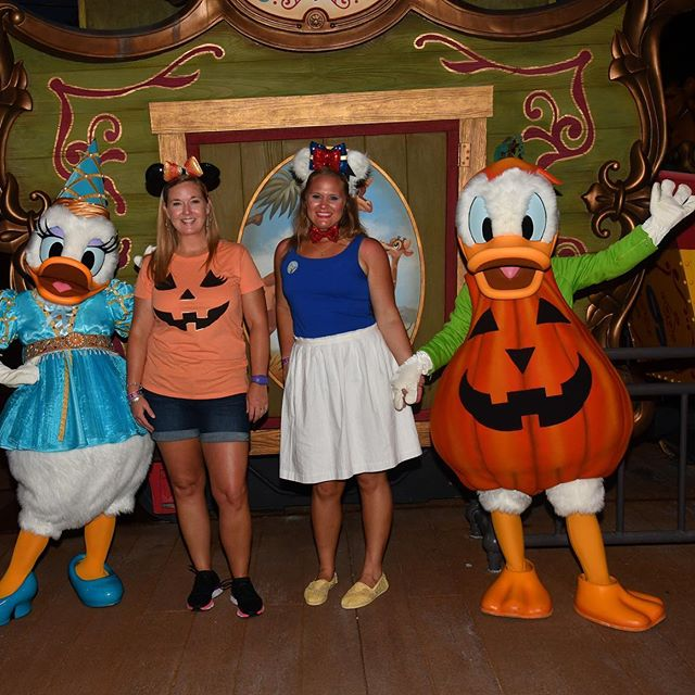 How cute are Donald and Daisy loved how they take so much time with you.  Bonus getting to meet them with Crystal @forloveofmouse 🎃👻#donaldduck #daisy🌼 #donaldanddaisy #mnsshp #disneyfriends #disneyphotopass #magickingdom #waltdisneyworldresort #disneyworld #disneyig