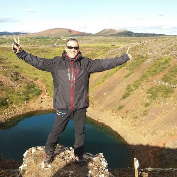 Magica Islanda 🤩 Sul ciglio del cratere di un vulcano. Dentro si è formato un lago profondo 55 metri. ~ ~ ~ #iceland #islanda #lavoroperviaggiare #travelphotography #travellers #family #sun #bluesky #travelblogger #lago #lake #water #vulcano #cratere #volcano #crater @mondoareoporto