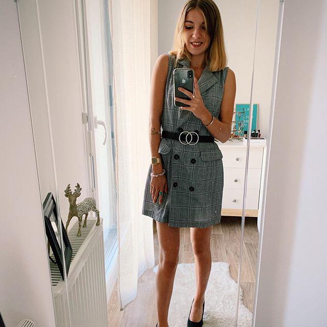 Back to work 😔 Bon lundi et bonne semaine 💪🏼❤️ . . . #outfit #mode #outfitinspiration #igstyle #dress #blazer #fashion #stylebook #grey #lookdujour #week #igerslille #igersfrance #stylebook #mood #streetstyle #pic #look #likeforlikes #lookoftheday #instagrammers #fashionpost #instamode #lookbook