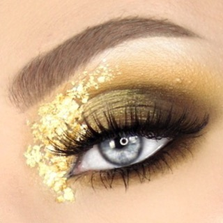 Close up on my #armedandgorgeouspalette look. So obsessed with the gold foil, I have to keep playing around with it!!! 🌼🌼🌼 . @morphebrushes @jaclynhill #vaultcollection  @anastasiabeverlyhills #dipbrowpomade  @festivalface gold foil @socialeyeslash #sesirenlash . . . #peachyqueenblog #blendtherules #makeuptutorialx0x #socialeyeslashes #abhdipbrow #abhdipbrowpomade