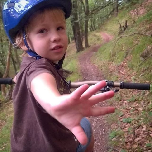 High-fives never looked so cute! @mackovic09 . . . . . #ChildsBikeSeat #MountainBiking #mountainbikinglife #macride #macridemore #breaktime #mtblife #mountainkids  #mtb #mtblife #familyride #kidsbikeseat #exploremore #FamilyAdventures #startthemearly #highfive #mountainbikingkids