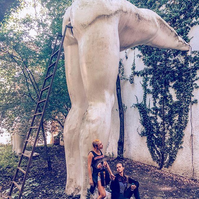 Brownnoses 👃 ⠀ Именно так звучит оригинальное название этой работы скандального скульптура Давида Черного. И это не что иное, как памятник подхалимству. ⠀ ⠀  Можно подняться по лестнице и заглянуть что же в 🍑 (хотя у нас возникли сомнения - а 🍑 ли это? 🤔). ⠀ Мы поднялись, как видите, но ничего кроме черного экрана не увидели. Скульптуры две, мы проверили обе. ⠀ А вообще, говорят, что там на экране показывают как два политических деятеля разговаривают и едят кашу под музыку Queen 🤷♀️ ⠀ #praha #prague #czechrepublic #česko #futuragallery #travel #travelgram #wanderlust #globetrotter #tasteoftravel #beautifuldestinations #worldtravel #worldtravelpics #worldtraveler #travelblog #travelblogger #traveltheworld #instatravel #travelphotography #travelgram #travelholic