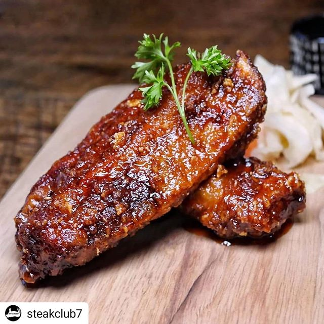 Um, yeah - count us in 👋🏻👋🏻👋🏻. Shinka Pork Ribs - slow braised pork ribs, crisped, and glazed w/ a honey sriracha sauce that is 💣. Find it only at Shinka Ramen 93 Bowery, NY, NY (inside the Wyndham Garden Hotel) . . . #Repost @steakclub7 • • • • • Who could go for some ribs right now? 📷: @omgitsbomb ・・・ 🍖🐷 Missing these Pork ribs PIG TIME @shinka_ramen. Great for #MeatyMonday! TAG all your rib lovin fransss 🍖💦 #OMGitsbomb #bombdotcom 🍖 🍖 🍖 🍖 🍖 🍖 #YelpEatsNYC #foooodieee #myfab5 #zagat #eatingfortheinsta #steakclub7 #BeautifulCuisines #eater #eatmunchies #yahoofood #feedfeed #nyceeeeeats #eaterny #foodpornography #NewForkCity #FoodBeast #HuffpostTaste #forkyeah #eatfamous #tastingtable #EatingNewYork #ForkFeed #timeoutnewyork #eatmunchies