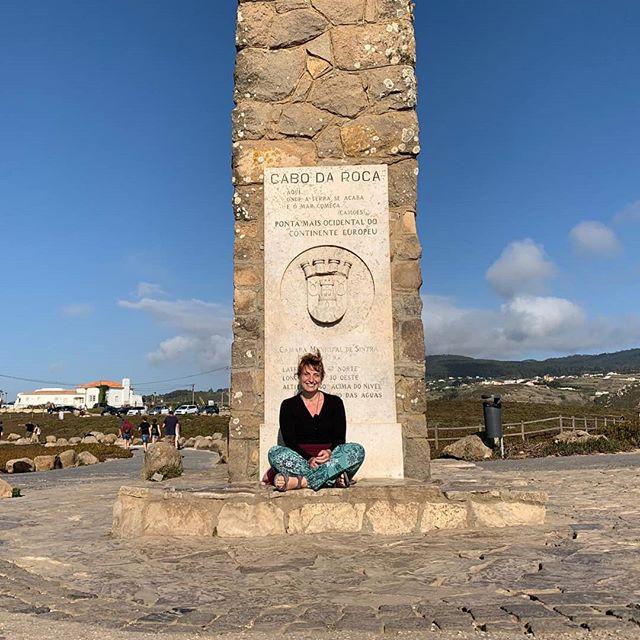 West and windy a Cabo da Roca 🌬  #cabodaroca #mostwesternpointofeurope #sittingontheground #smile #happy #wind