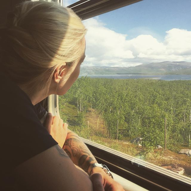 New adventures coming up! 7 days of hiking in the far far north of Sweden, following the famous Kungsleden trail between Abisko and Nikkaloukta, hiking trough the landscape where the sun never sets! 😍👫#hiking #kungsleden #abisko #trainride #adventure #love #trekking #sweden #midnightsun