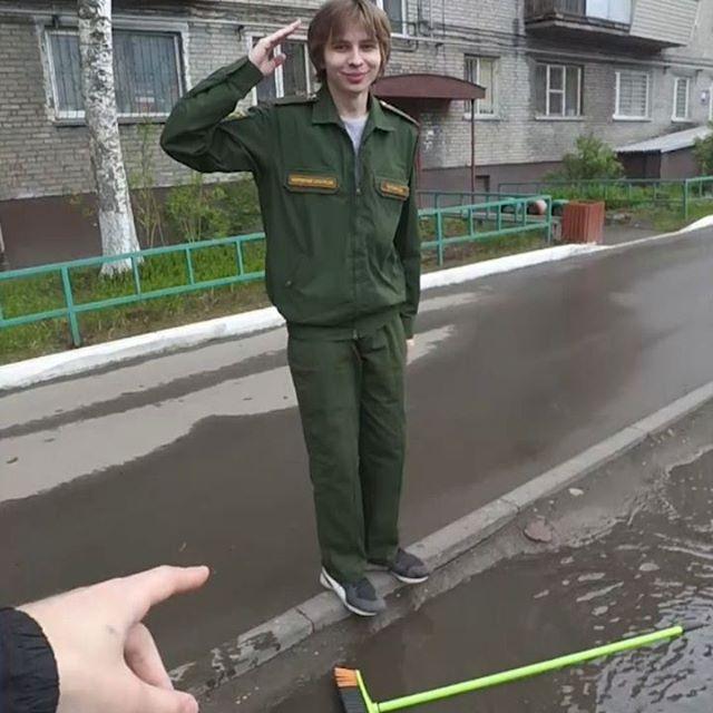 Поймал парнишу который служил России! Теперь служит мне! #россия #армия #армия2019 #юмор #мерзкийтип #рофл #приколюха #смешныевидео