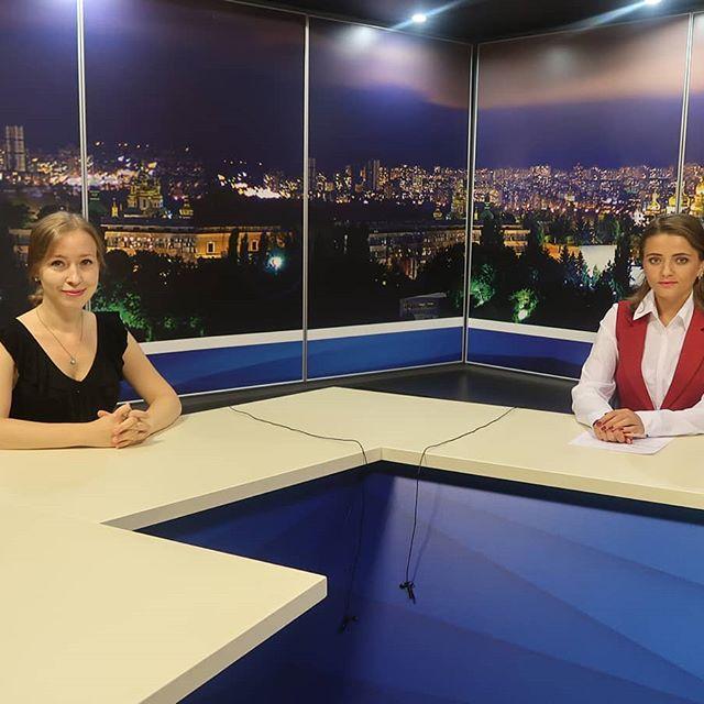 Сегодня я была гостем программы в 20:00 на @khm_tv7 😊 Полчаса в прямом эфире ☀️ Спасибо за приглашение. Не знаю, как у кого, но у меня появляется много энергии после участия в ТВ-программах и утренних шоу. Главное, направить ее сейчас в правильное русло - например, выучить английский на завтра 😁 #хмельницкий #хмельницький #khmelnitsky #wikimania2019 #wikipedia #tvnews #tv7+ #впрямомэфире #вiкiпедiя