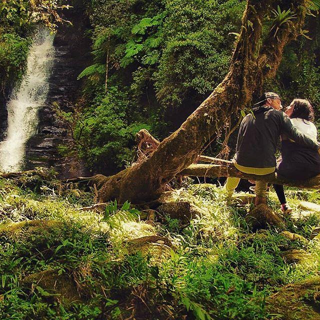 Porque nem o paraíso teria graça sozinho.  #nossavibe #eueela #cachoeira #natureza #trilheirossc #trilha #trilhandoemsc #trilhandocomamor #trekking #nature #eleeelanatrilha
