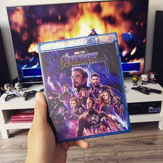 """Wszyscy mają Avengersów! Mam i ja 😎! @mojefilmydvd będzie oglądane 👌! Piątek, wieczór, MCU... Oj tak 🙈 także szykować się na dawkę super scen i kinowych emocji, bo 04.09.2019 r. na DVD, Blu-ray i Bku-Ray 4K i 3D wyszła czwarta część Avengers (@avengers) o podtytule """"Endgame"""" (""""Koniec gry""""). To co Codzienny, """"Koniec gry"""" 😂😂😂 i to dosłownie 😅 pora zasiąść przed TV, przełączyć amplituner na tryb Cinema i chłonąć nowe cudo Marvela. Dziękuje @mojefilmydvd 🙆🏻♂️ jesteście mistrzami nad mistrzami 😍 Ja uciekam, Marvel czeka 🎮 see ya. ------------------- Patrnerzy profilu: @gamefinity.pl 🎮 sklep z grami  @wymiengry.pl 🕹 wymiana gier @mojefilmydvd 📼 najlepsze filmy ------------------- Instafriend: @mylittl3kingdom @riv4ii_ @_xboxteam_ @wyborowy.chlopak @gameon_view @pograjmy @grywalnie_noname @geek.disorder @silentgameplaypl92 @mytutylko.gramy @the.gameranter @kondzi_sdz 👉 oraz osoby oznaczone na zdjęciu ------------------- #gamer #geek #gaming #gamingfolk #gamersforlife #gamecollection #gamecomunity #gamecollector #instagamer #instageek #game #games #gamerboy #instagame #instagaming #gamerguy #cinema #kino #movie #film #hero #superhero #bluray #dvd #movietime  #movielovers #marvelstudio #avengersendgame #avengerskoniecgry #marveluniverse"""