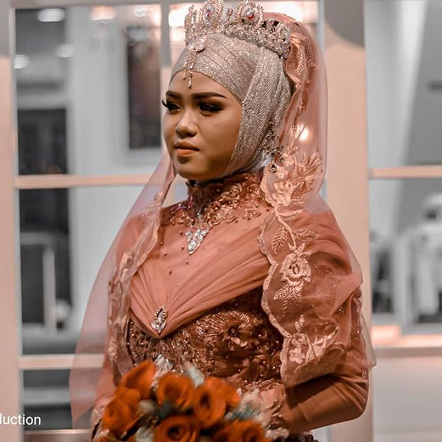 "Hello teman2 yang bingung"" cari dekorasi untuk wedding dan make up dan foto jangan bingung lagi bisa follow mimin ya guys..!! . . Model:@saptanisaandini_ Photo by: @eraproduction  makeup : @ardoperkawinan . . . . . #eraproduction #wedding #postwedding #weddingdress #weddingbintan #photooftheday #weddinghenna #weddingbatam #weddinginvitations #postweddingshoot #weddingphotography #weddinginspiration  #preweddingphoto #prewedding #idenikah #idepernikahan #weddingmarket #thebridestory #thebridedept #thebrideideas#makeuptutorial"