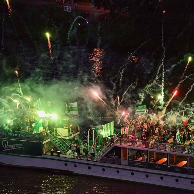 Kibice Bohemians Praga, po 7 latach zorganizowali ponownie wspólny, posezonowy przepływ Wełtawą.  #bohemians #bohemianspraha #vltava
