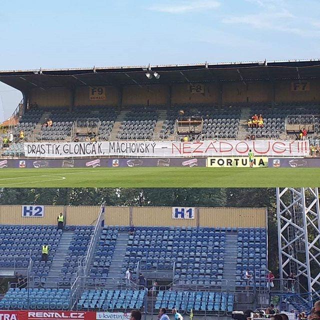 W meczu SFC Opava - Slavia Praga (1.09), kibice gospodarzy wywiesili banery wyrażające sprzeciw wobec pracy zarządu, a w 35' minucie opuścili trybuny. Co ciekawe, kibice gości solidarnie z kibicami Opavy wyszli ze stadionu. #sfcopava #slaviapraha