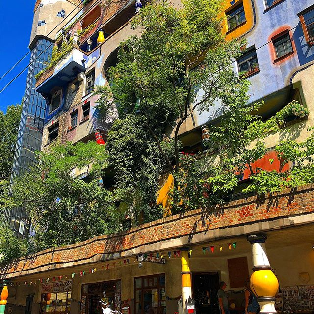 Take a break ☺️ #hundertwasserhaus #hundertwasser #vienna #viennalove #austria #art #photography #photo #urbanphotography #sunny #summer #chillvibes #enjoy #beauty #beautiful #architecture #architecturephotograpy #1000thingsinvienna #happy #sun #positivevibes