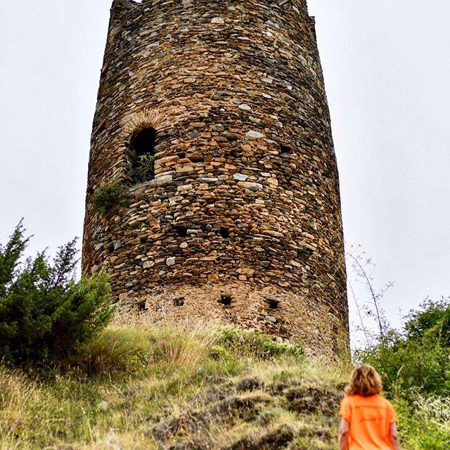 La torre d'Escaló, situada en una posició estratègica de control i de defensa a l'entrada de la Vall d'Àneu. #escalo #pallarssobira  #altaneu #vallsdaneu #pallars #igerspirineu #igerspallars #altpirineu #aralleida #igerscatalonia #igerslleida #igworldwide #instagramers #catalunyaexperience  #descobreixcatalunya #gaudeix_cat #elmeupetit_pais